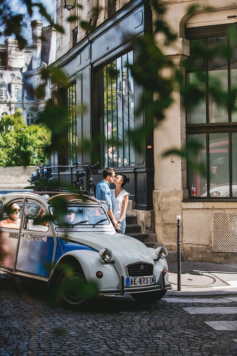 Влюбленные и старинная машина в Париже