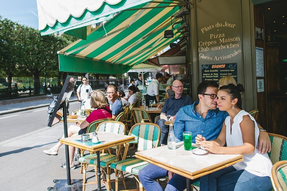 Типичное французское кафе в Париже