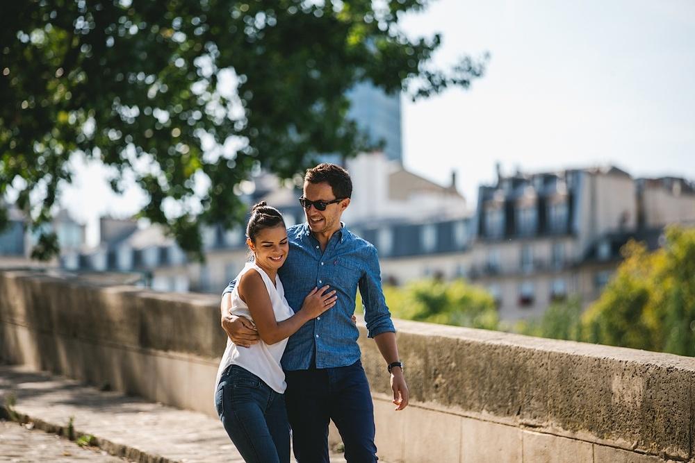 Влюбленные гуляют по берегу Сены