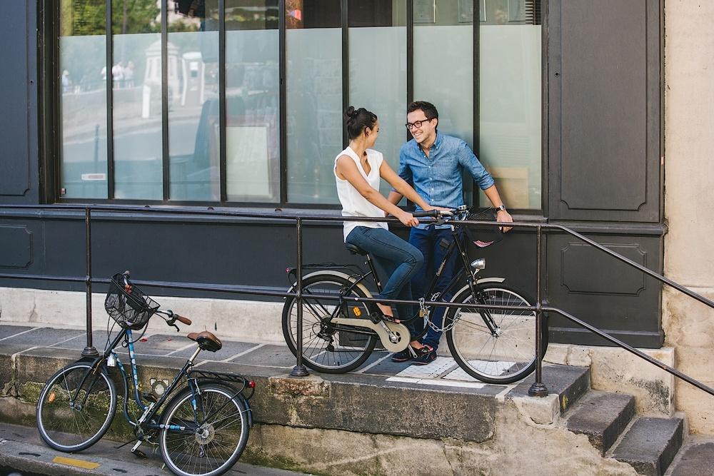 Влюбленные с велосипедом в Париже