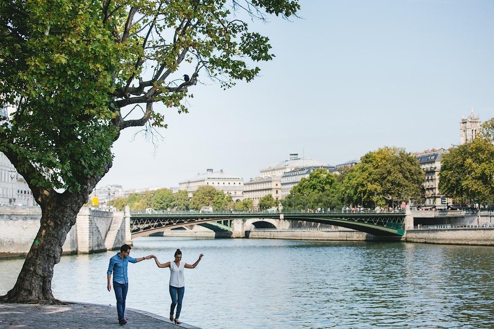 Девушка гуляет по берегу Сены в Париже