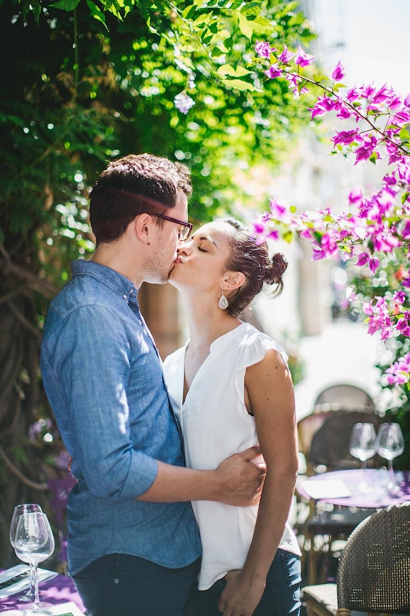 Красивый поцелуй в Париже