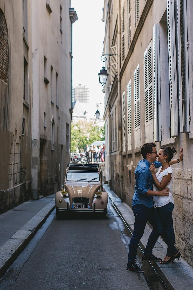 Горячие объятия на парижских улочках