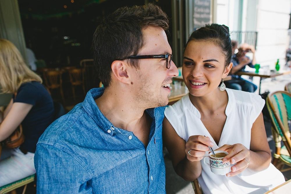 Счастливые влюбленные на фотосессии в Париже