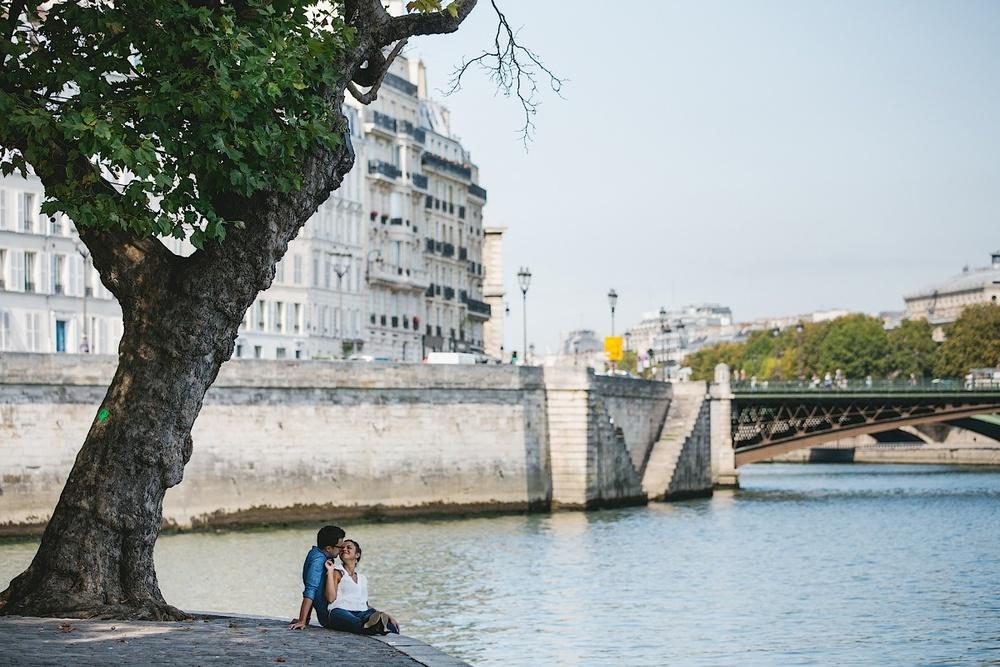 Двое влюбленных на острове Сите в Париже