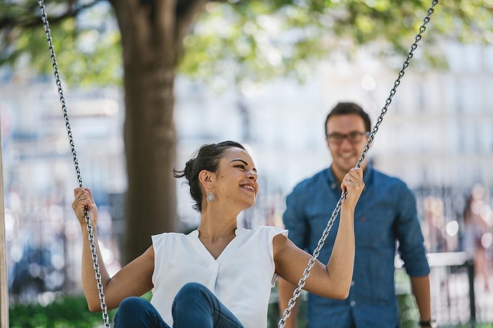 Счастливая невеста на фотосессии в Париже