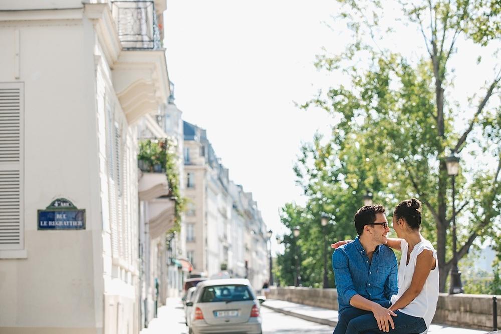 Влюбленные целуются на улицах Парижа