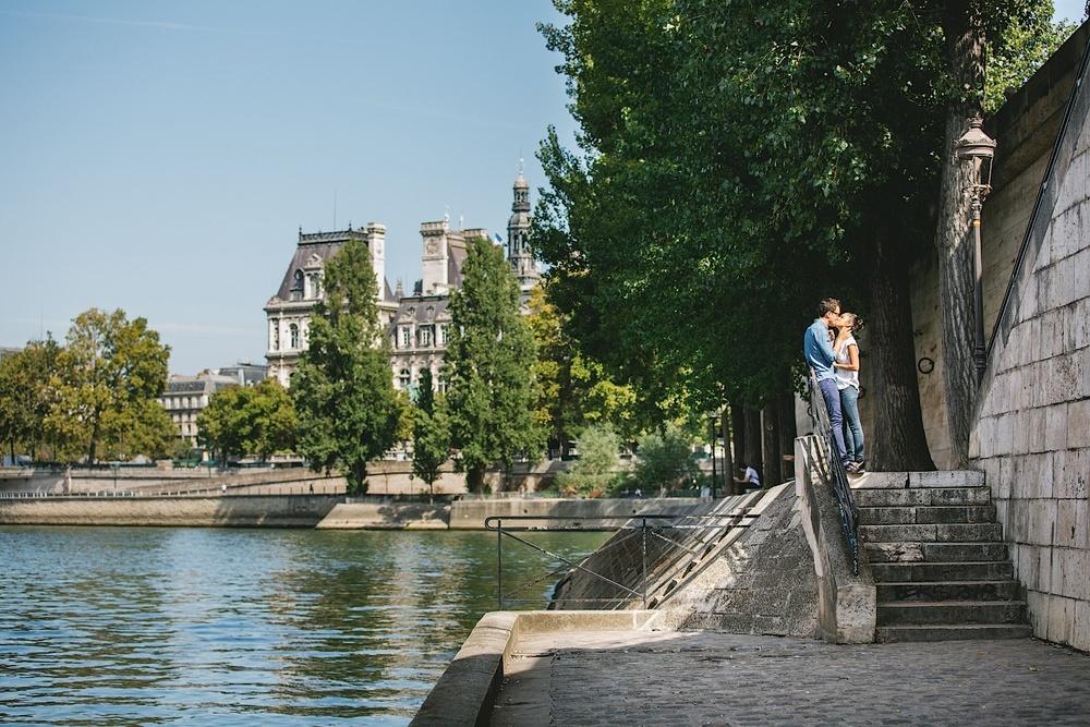 Поцелуй на острове Сите в Париже
