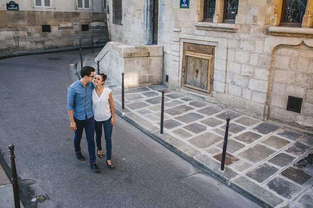 Пара гуляет по центру Парижа