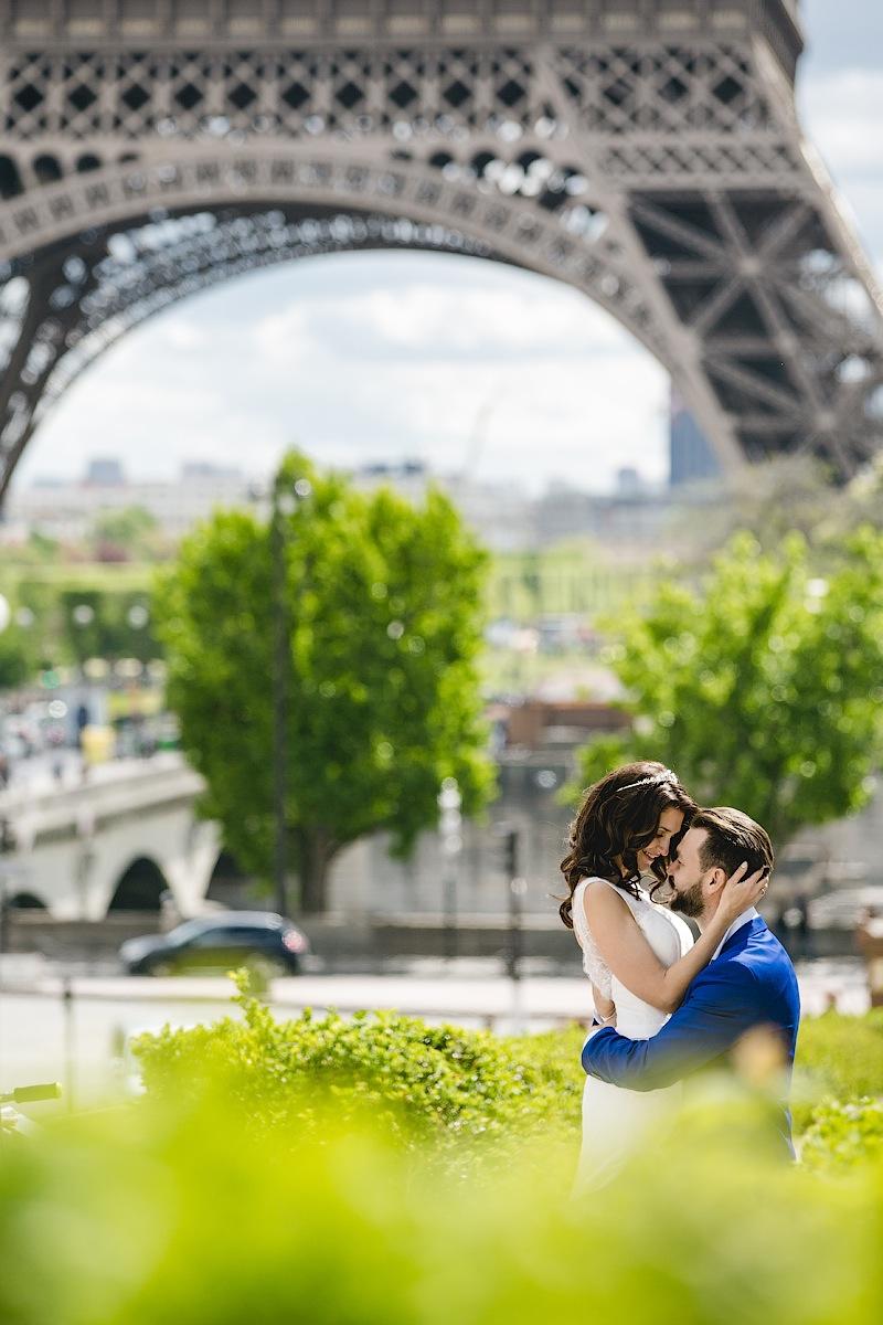 Влюбленные у Эйфелевой башни. Фотограф Литманова