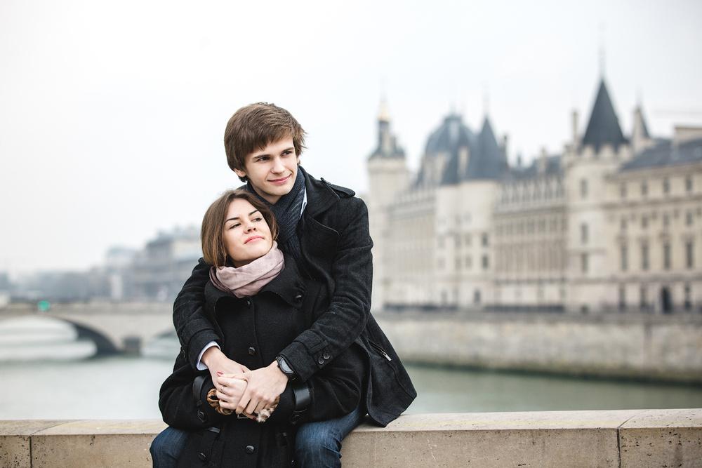Красивая молодая пара на зимней съемке в Париже