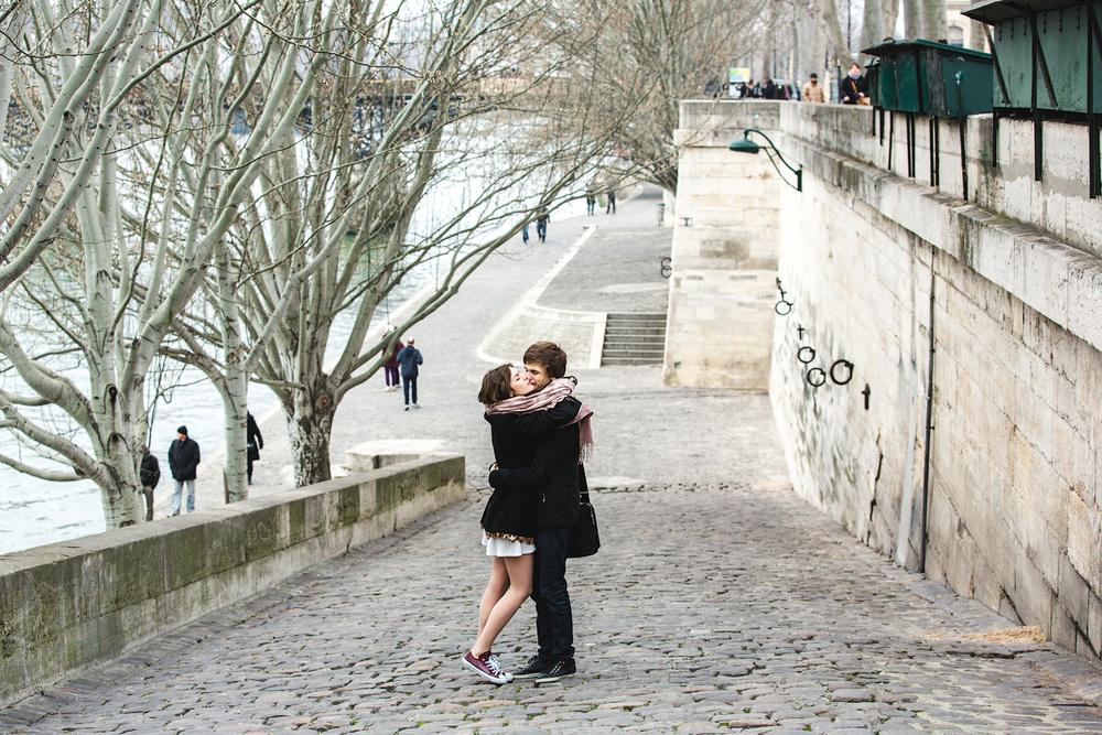 Холод не мешает влюбленным на фотосессии в Париже