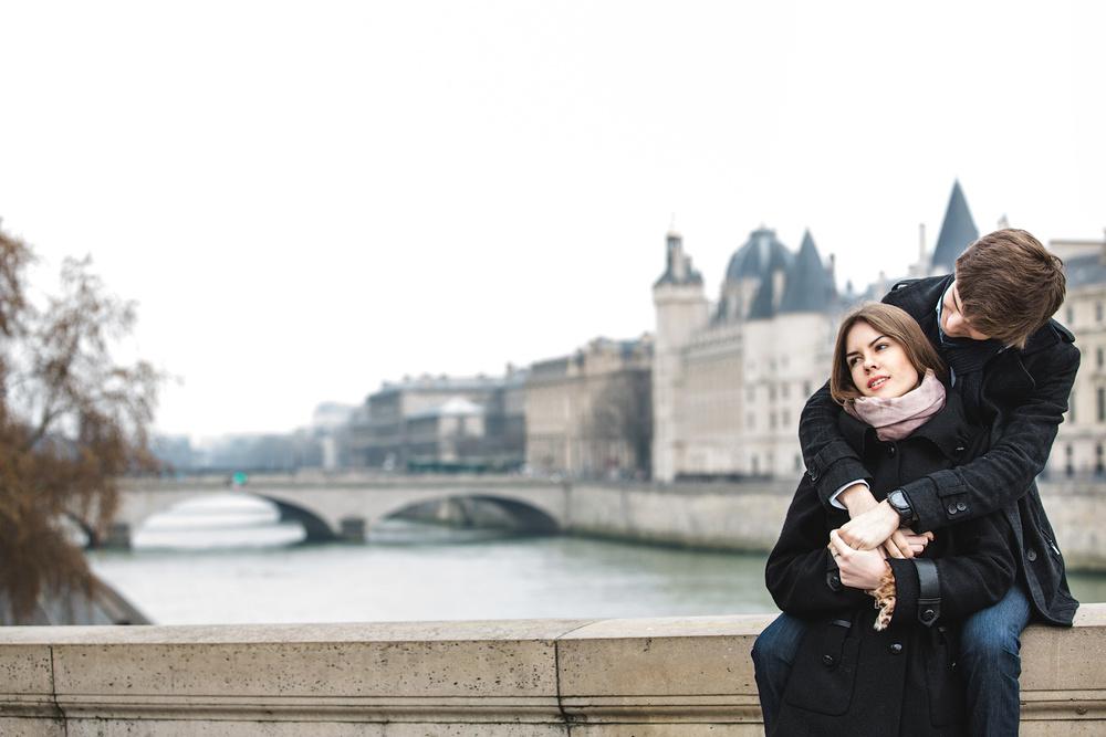 Жених целует невесту в Париже