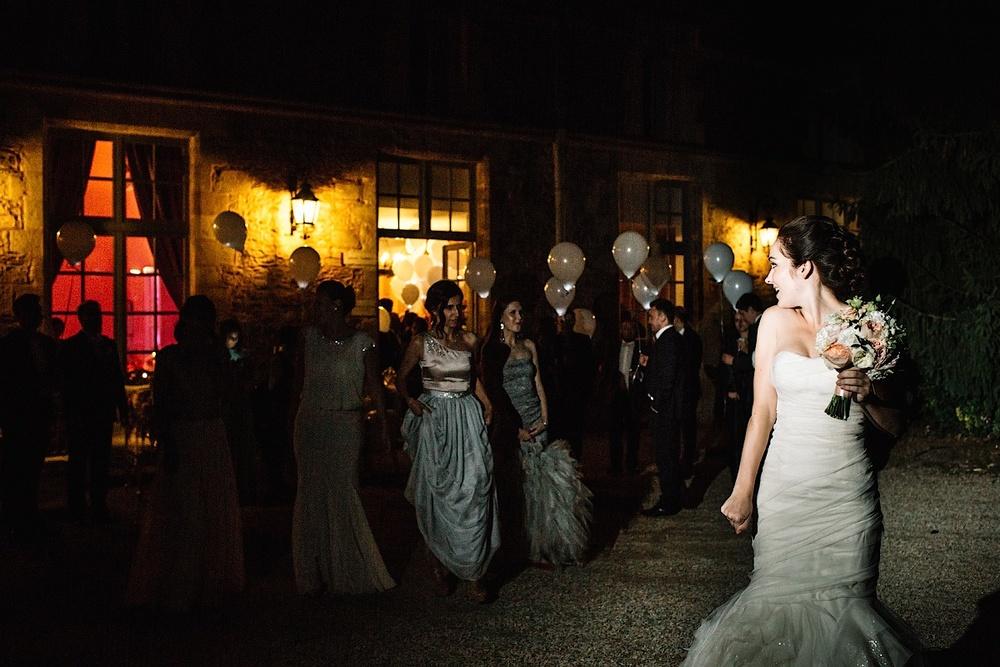 Невеста ночью готовится бросить букет подружкам