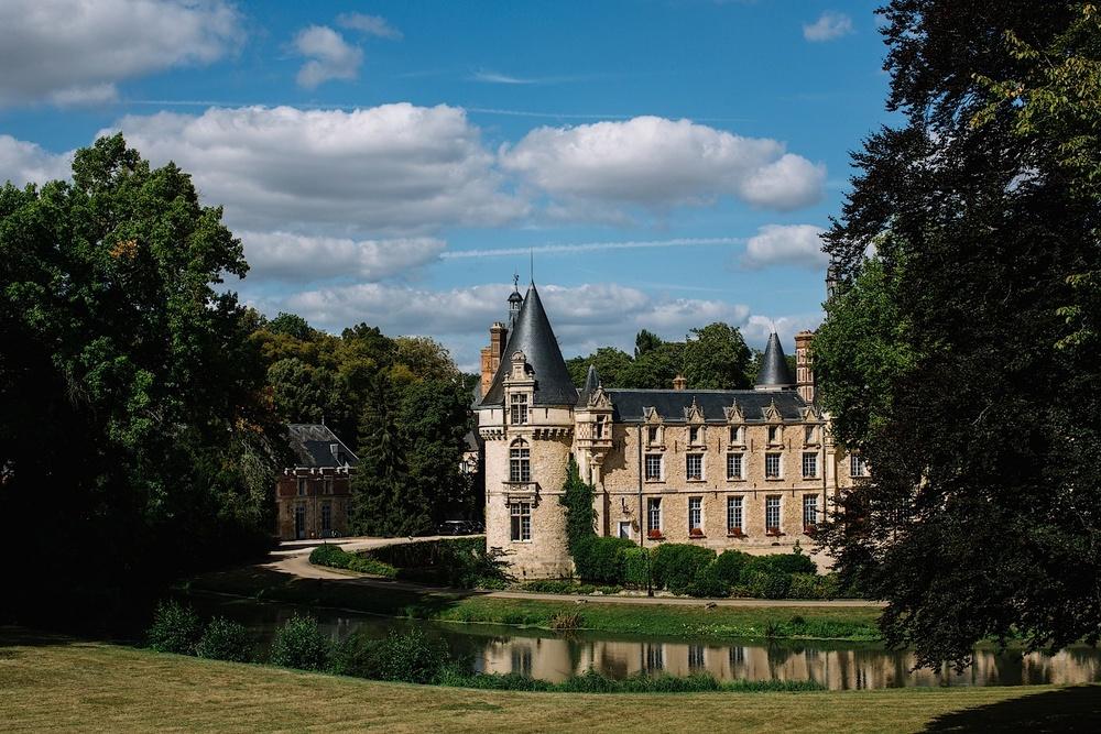Вид на замок Эсклимон в часе езды от Парижа