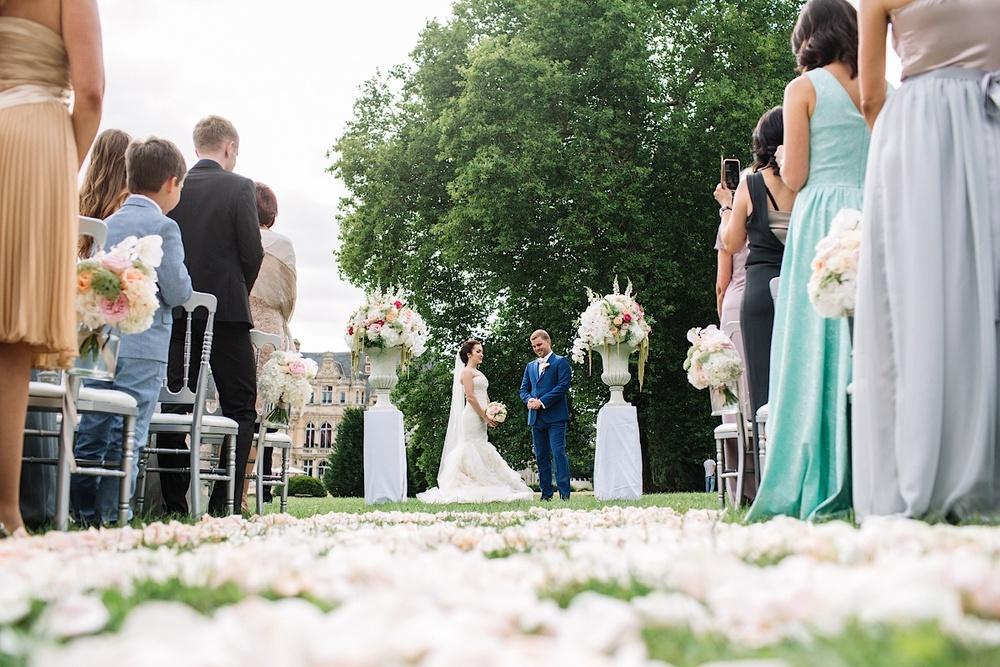 Счастливые влюбленные готовы к свадьбе