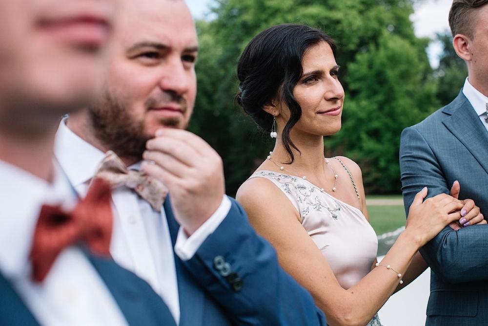 Гости в бабочках на свадьбе во Франции