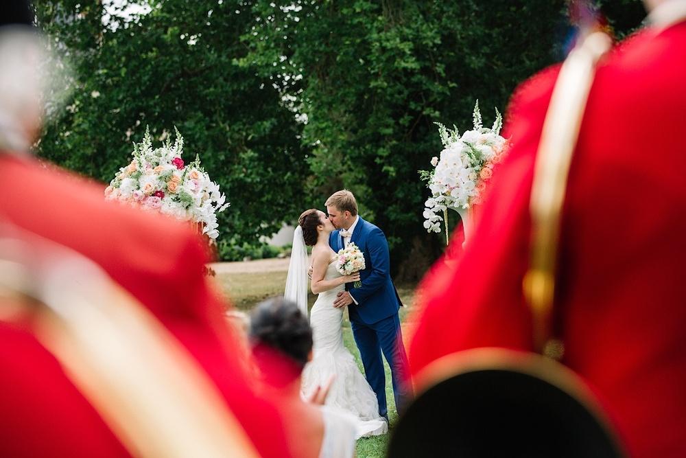 Первый поцелуй на церемонии перед замком
