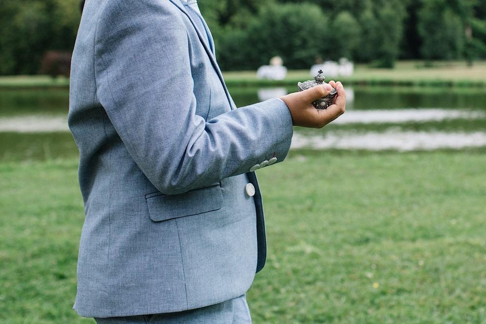 Мальчик держит кольца для молодоженов