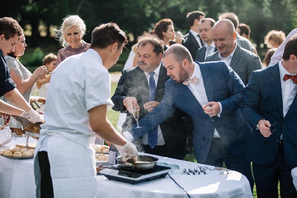 Шампанское и фуа-гра для молодых и их гостей