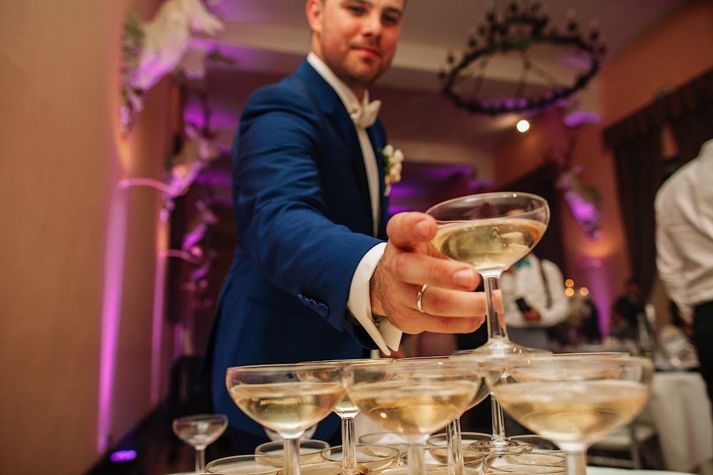 Традиционный для Франции фонтан из шампанского