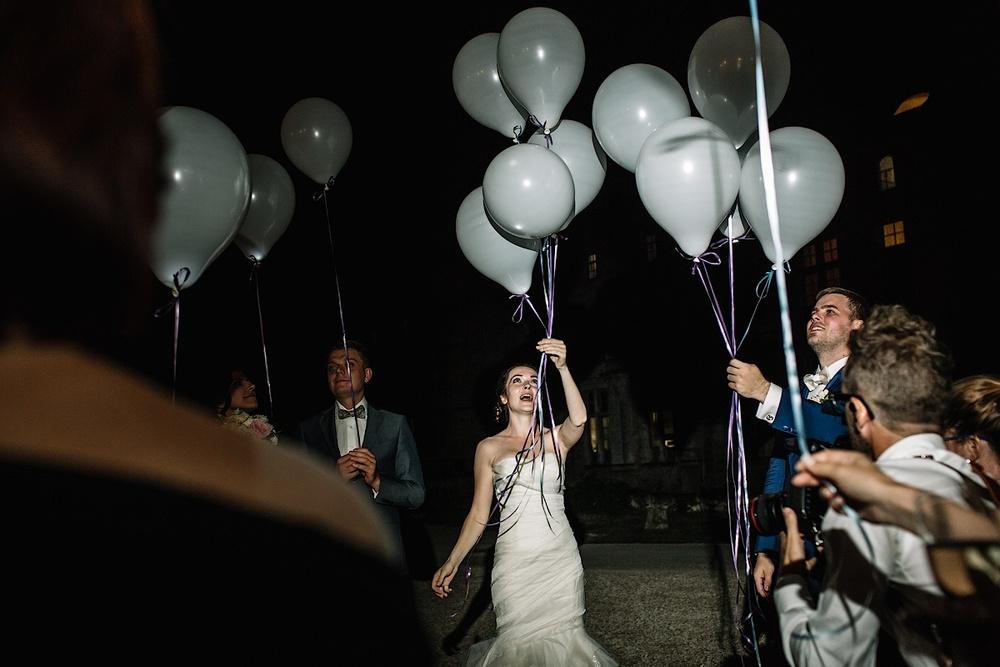 Невесты запускают воздушные шары ночью
