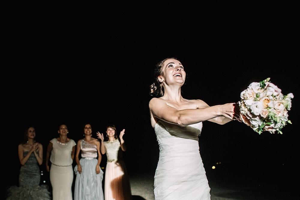 Подружки готовы поймать букет невесты