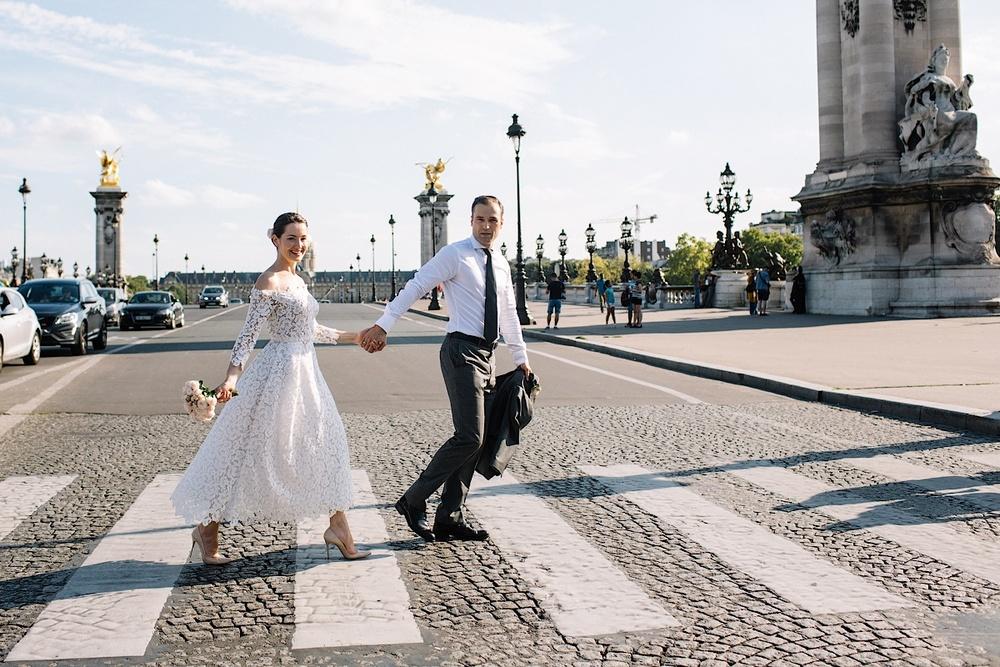 Платье невесты привлекает всеобщее внимание