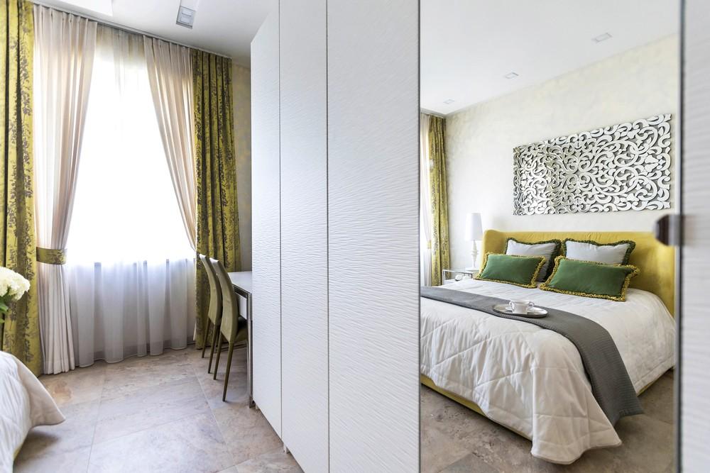 Мария Шубина, дизайн спальни, женская спальня, желтая кровать, зеркало, северная комната, спальня
