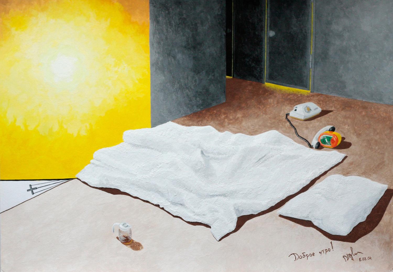 Доброе утро! Комната с одеялом и подушкой на полу. Рядом чайник с остатками заварки, телефон и будильник. На заднем плане виден свет из дверных щелей ванной комнаты и туалета.