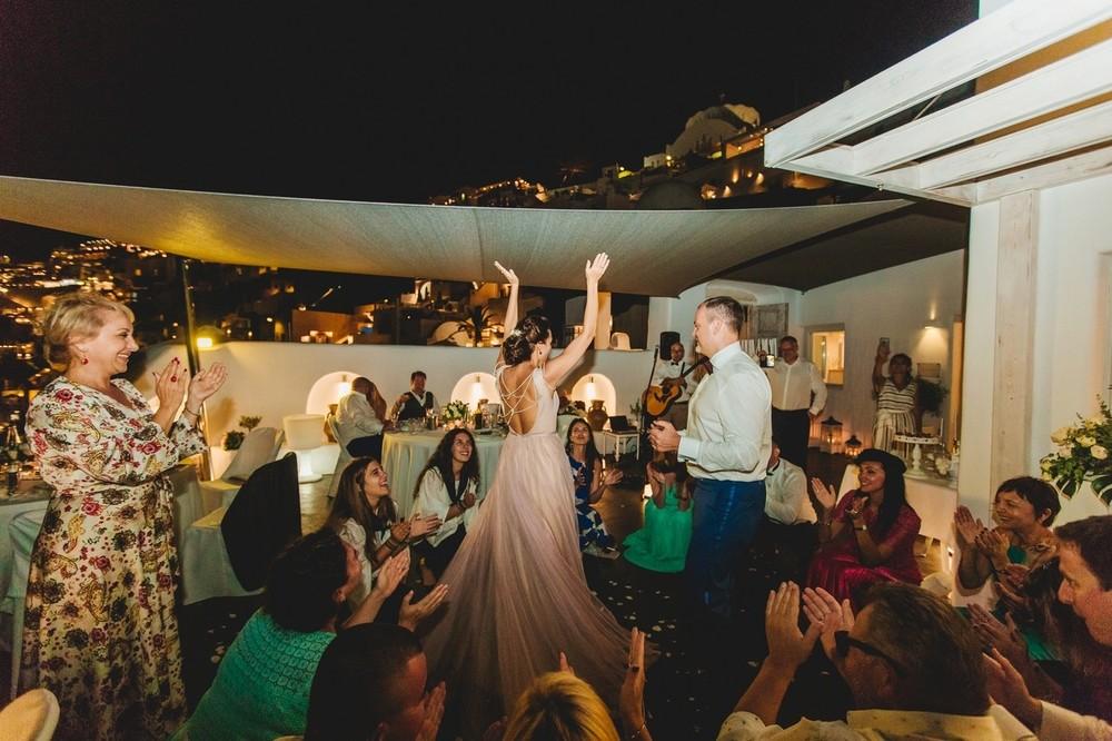 греческие танцоры, свадебный ужин санторини