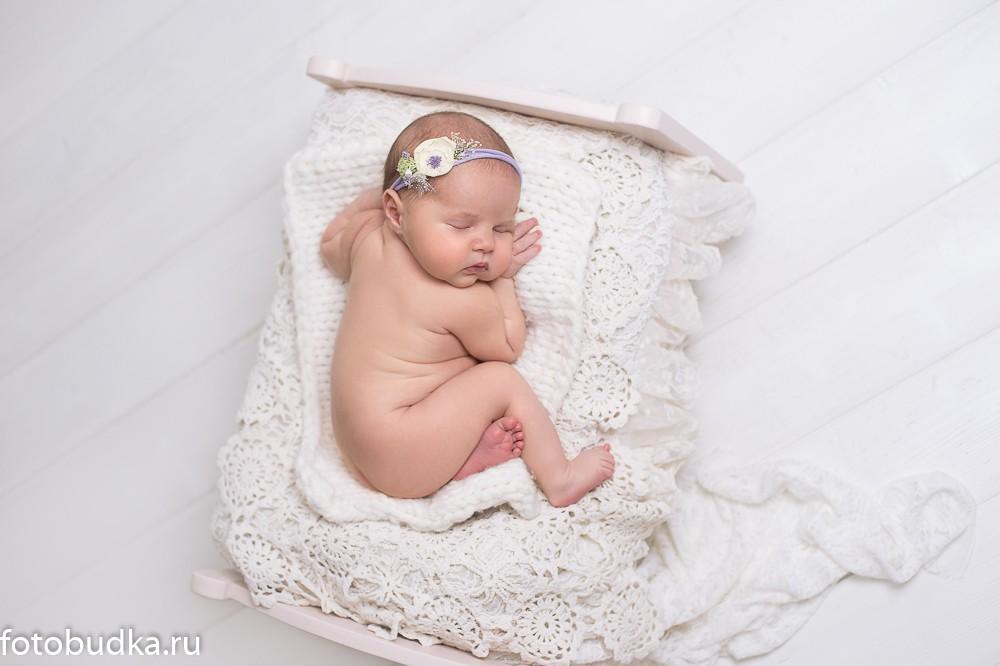 новорожденный на кроватке