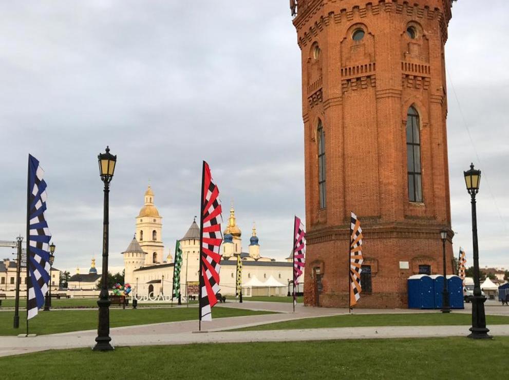 вертикальные флаги для фестиваля аренда флагов