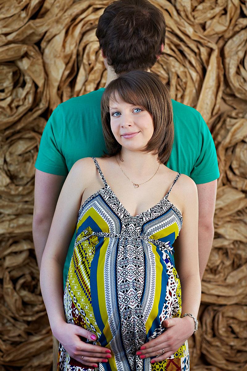 Беременная с мужем в платье