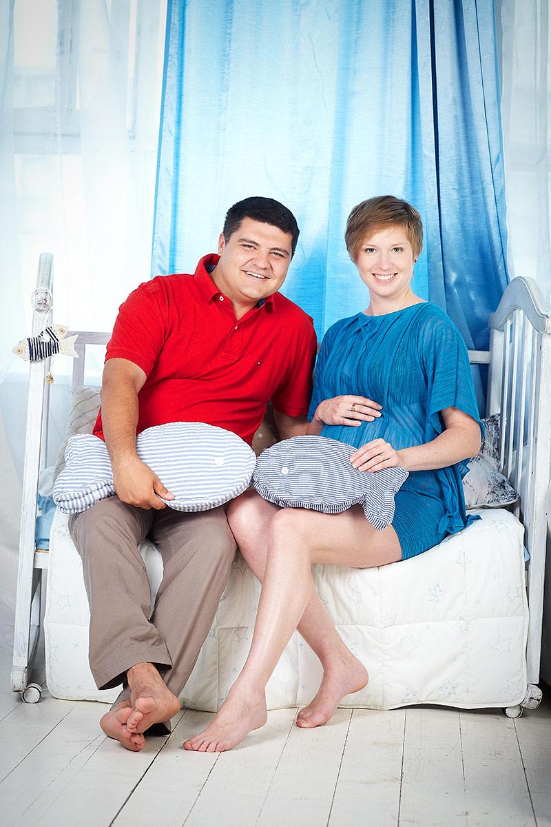 Яркая беременная с мужем