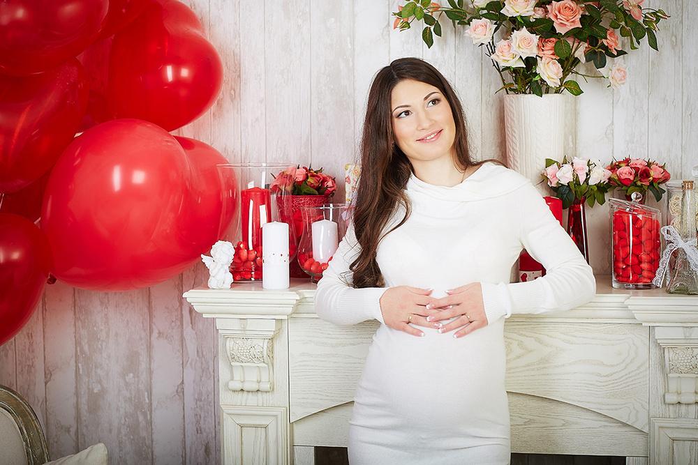 Беременная в белом в студии