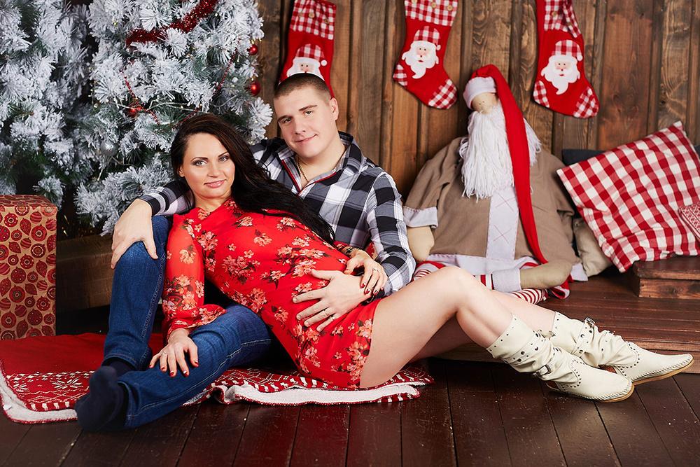 Красивая беременная с мужем