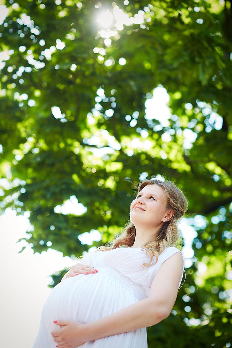 Беременная в лучах солнца