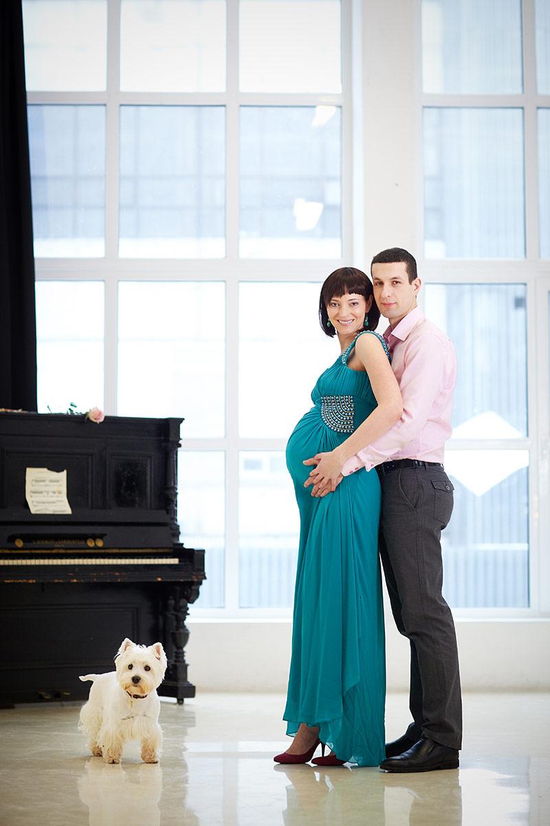 беременная с мужем в студии