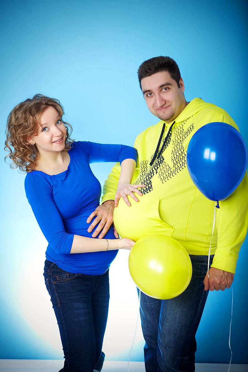 Беременная с мужем и шарами