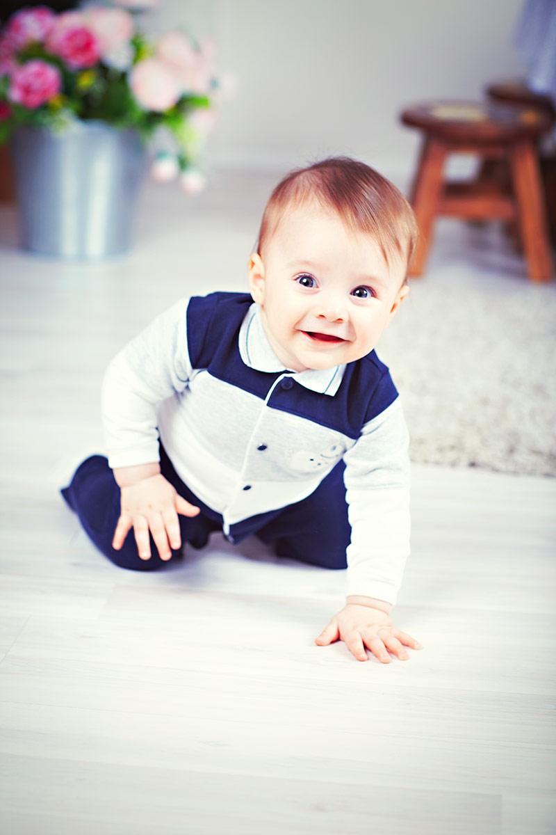 Малыш улыбается на фото