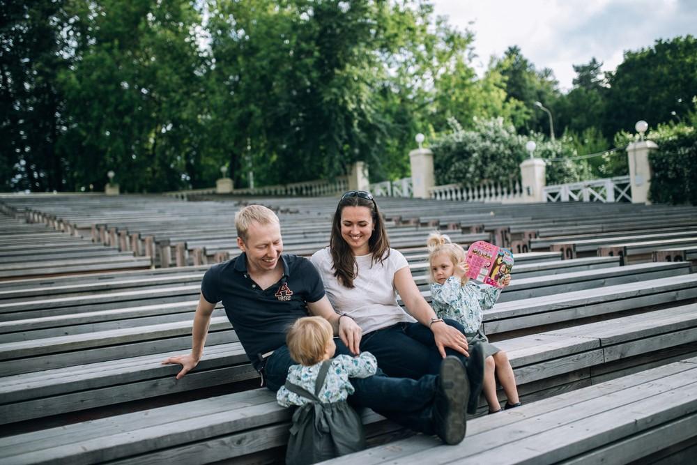 Семья: мама, папа и 2 дочки. Прогулка. Лето. ВДНХ.