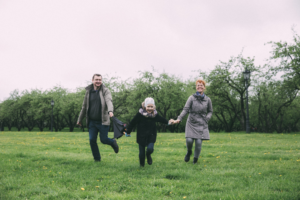 Семья: папа, мама и дочь. Аня и Денис. Прогулка, май.