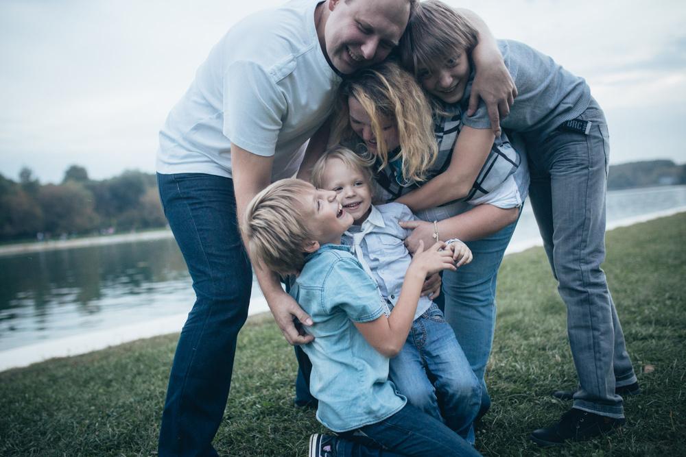 Семья: пама, мама, три сына. Ира. Прогулка, сентябрь.