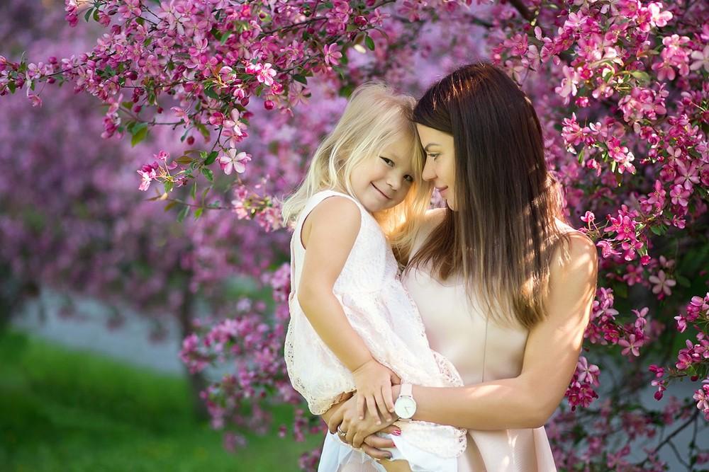 фотосессия в яблоневом саду, цветущий сад, розовый, одежда, фемили лук