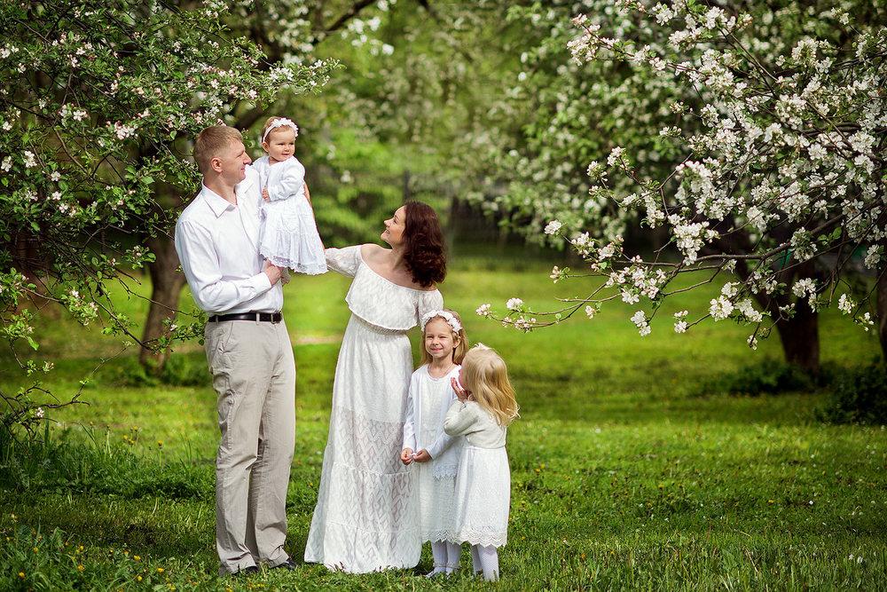 фотосессия в цветущем саду, яблоневый сад, цветение, семейный фотограф, семейная фотосессия, москва