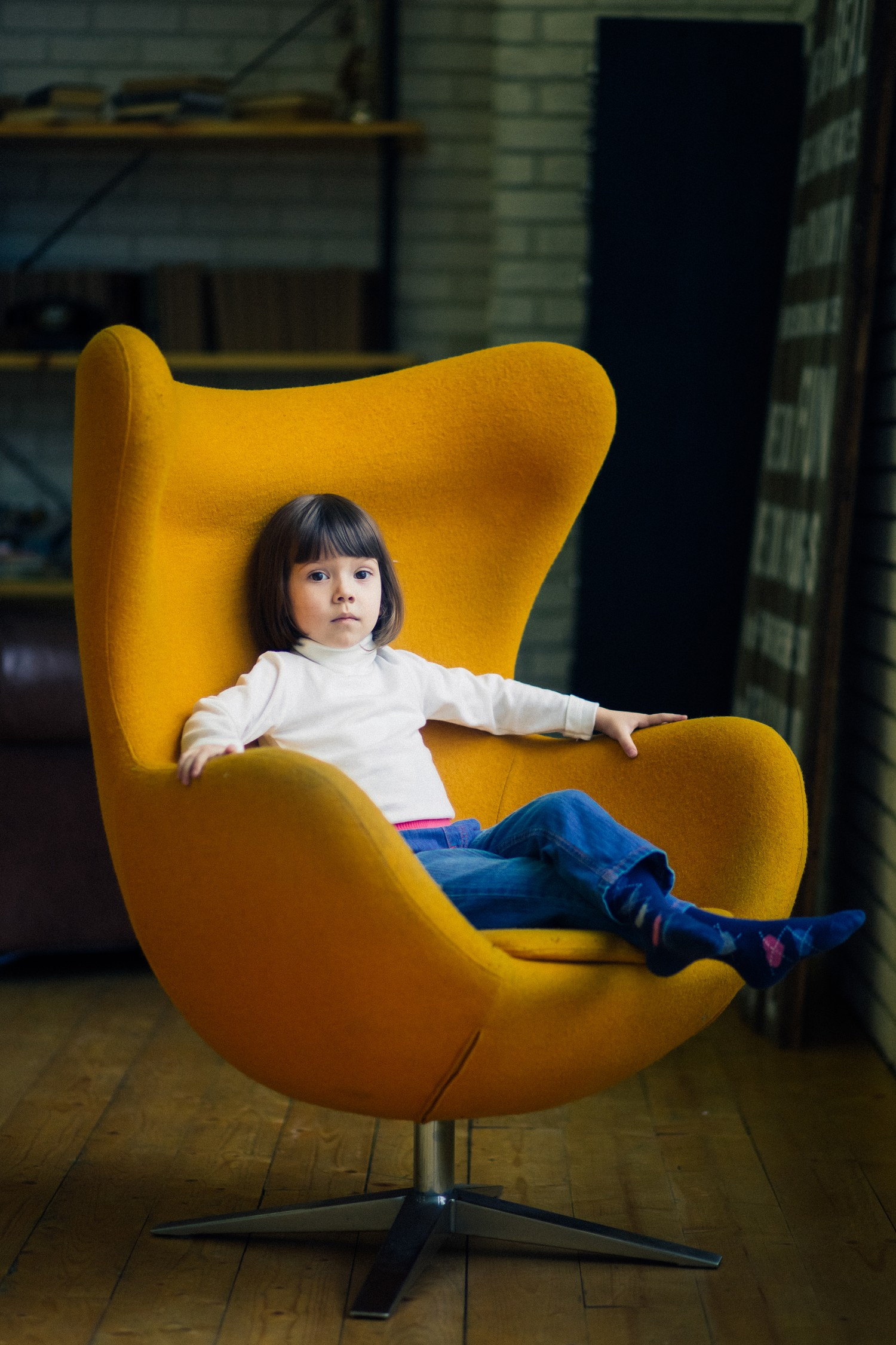 Лена в жёлтом кресле
