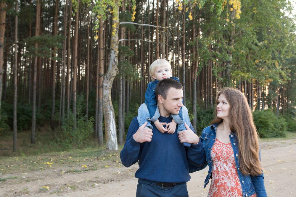 Оля, Костя и Всеслав. Семейнай прогулка летним вечерком.