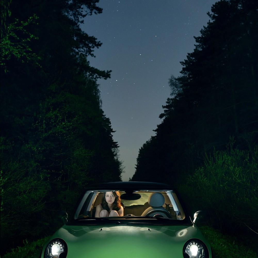 mini,путешествие на машине, заблудилась, маршрут, кончился бензин, голая девушка, длинные волосы