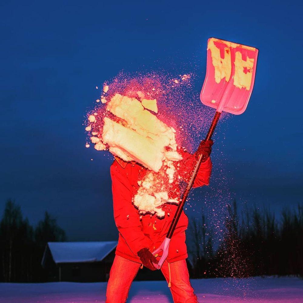 лопата, уборка снега, уборка снега с крыш, рекламный фотограф